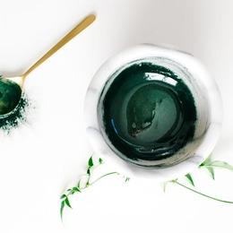 Blended spirulina honey face mask 683x1024