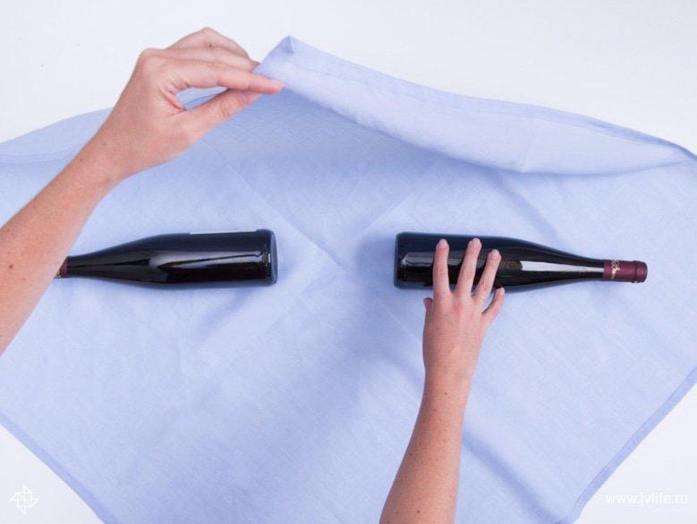 Faire un emballage cadeau suivant la technique du furoshiki 03