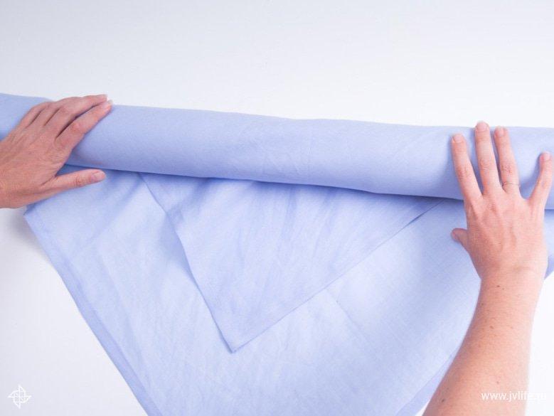 Faire un emballage cadeau suivant la technique du furoshiki 05