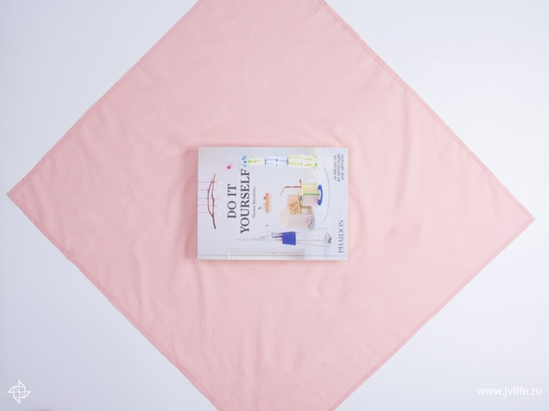 Faire un emballage cadeau suivant la technique du furoshiki 10