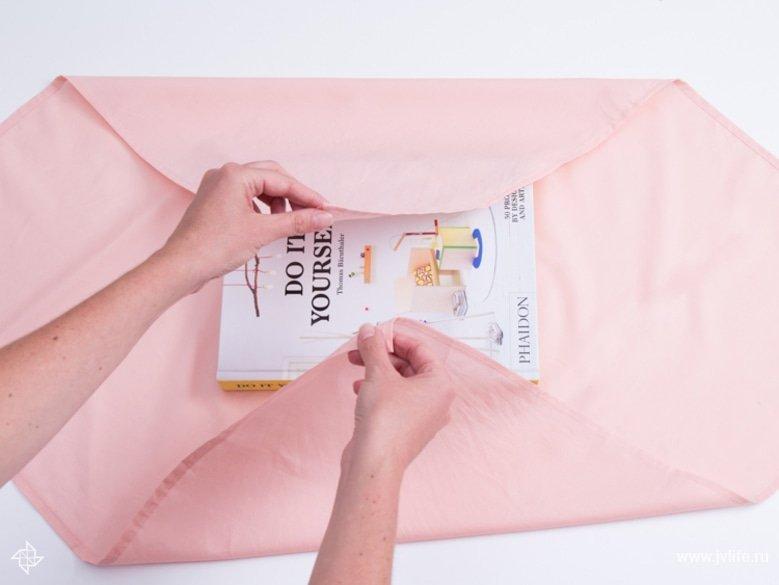 Faire un emballage cadeau suivant la technique du furoshiki 11