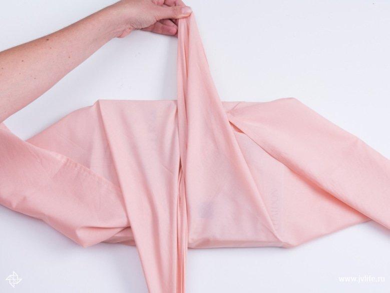 Faire un emballage cadeau suivant la technique du furoshiki 12