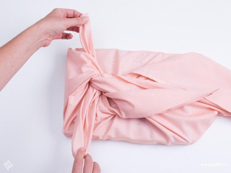 Faire un emballage cadeau suivant la technique du furoshiki 14