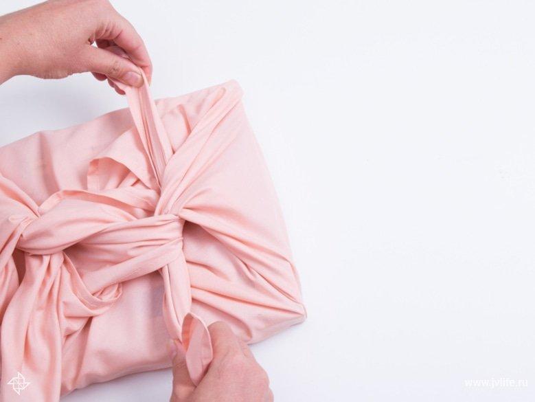 Faire un emballage cadeau suivant la technique du furoshiki 15