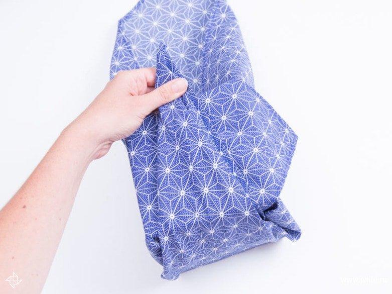 Faire un emballage cadeau suivant la technique du furoshiki 21