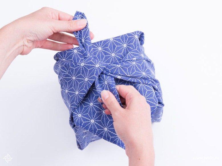 Faire un emballage cadeau suivant la technique du furoshiki 22