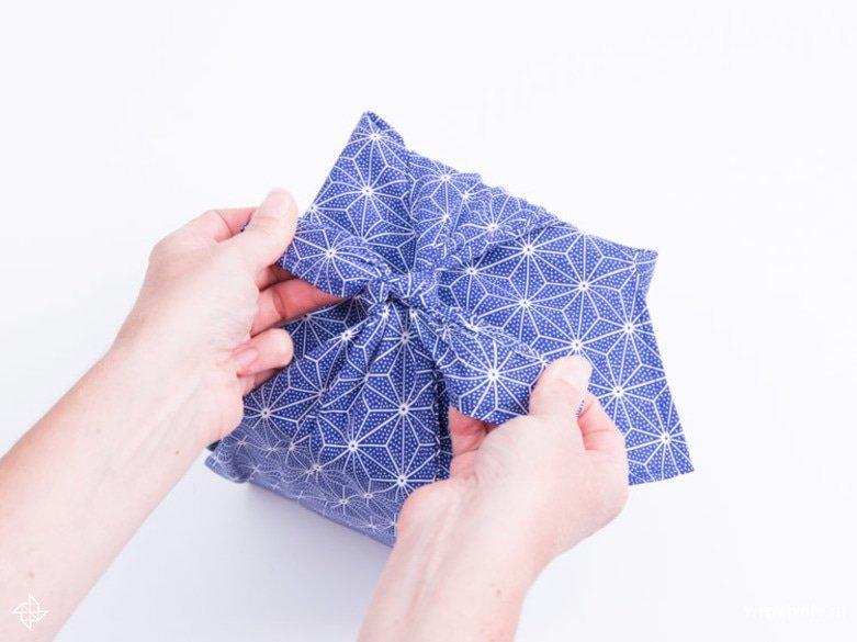 Faire un emballage cadeau suivant la technique du furoshiki 23
