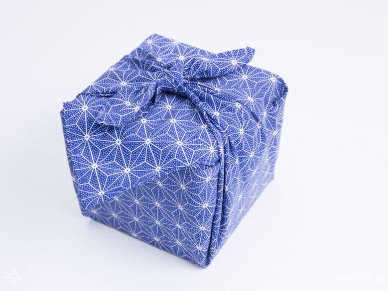 Faire un emballage cadeau suivant la technique du furoshiki 24