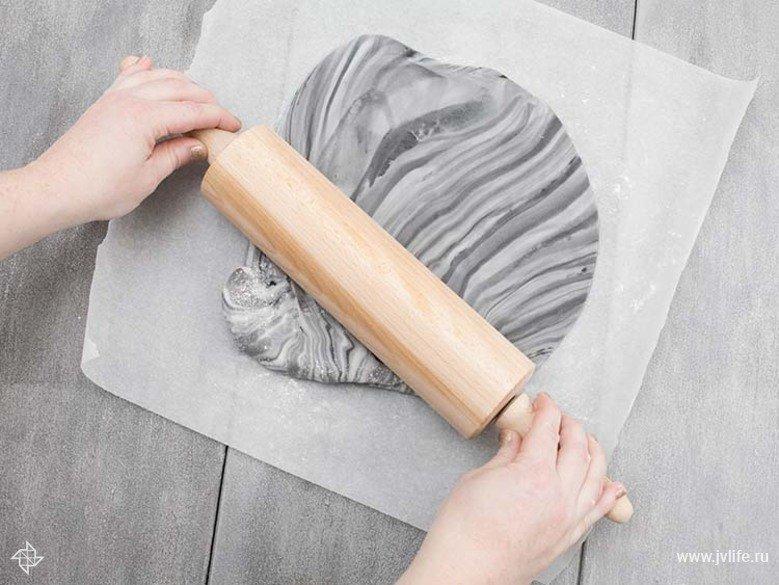 Faire des etiquettes cadeaux marbrees dorees en biscuit 04