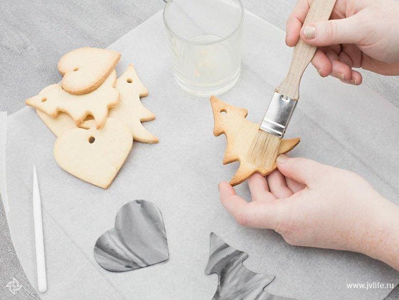 Faire des etiquettes cadeaux marbrees dorees en biscuit 05